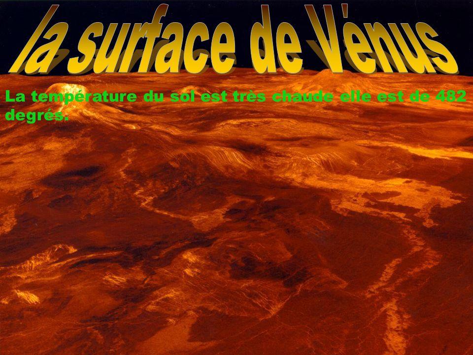 la surface de Vénus La température du sol est très chaude elle est de 482 degrés.