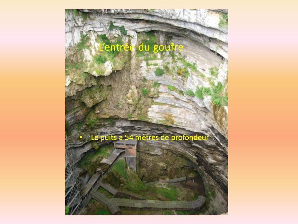 L'entrée du goufre Le puits a 54 mètres de profondeur