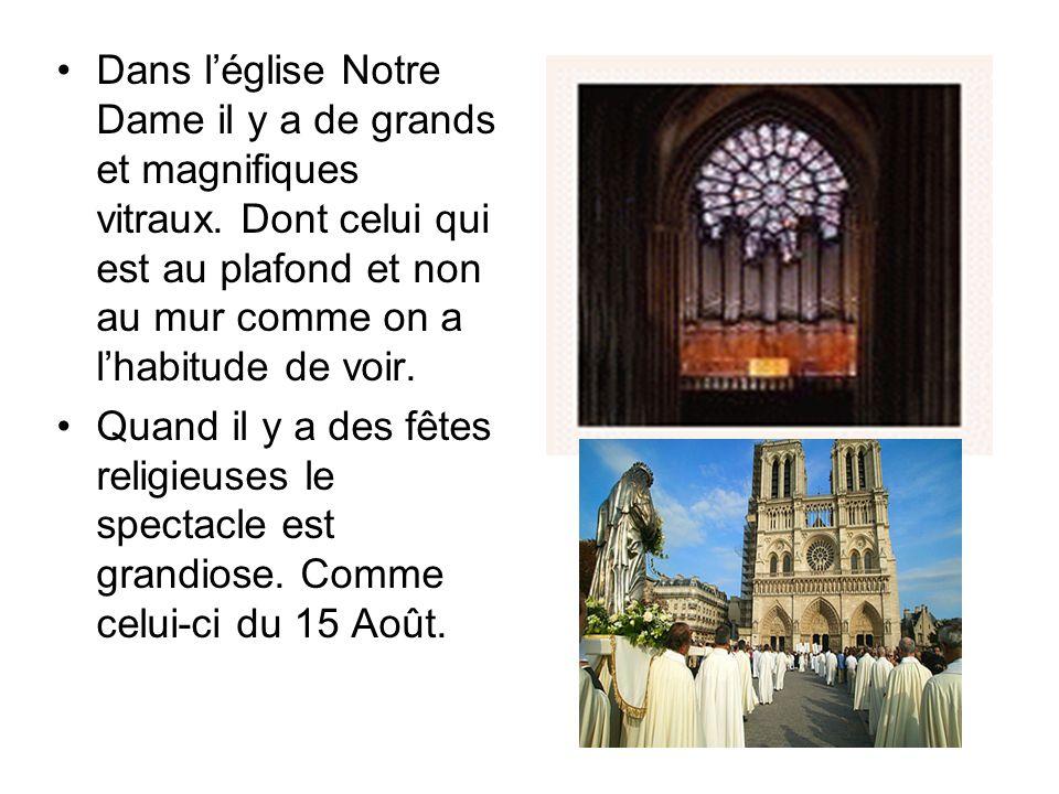 Dans l'église Notre Dame il y a de grands et magnifiques vitraux