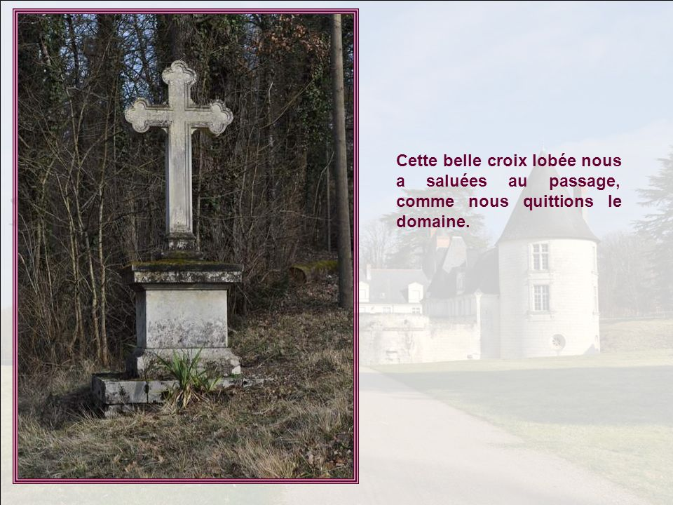 Cette belle croix lobée nous a saluées au passage, comme nous quittions le domaine.