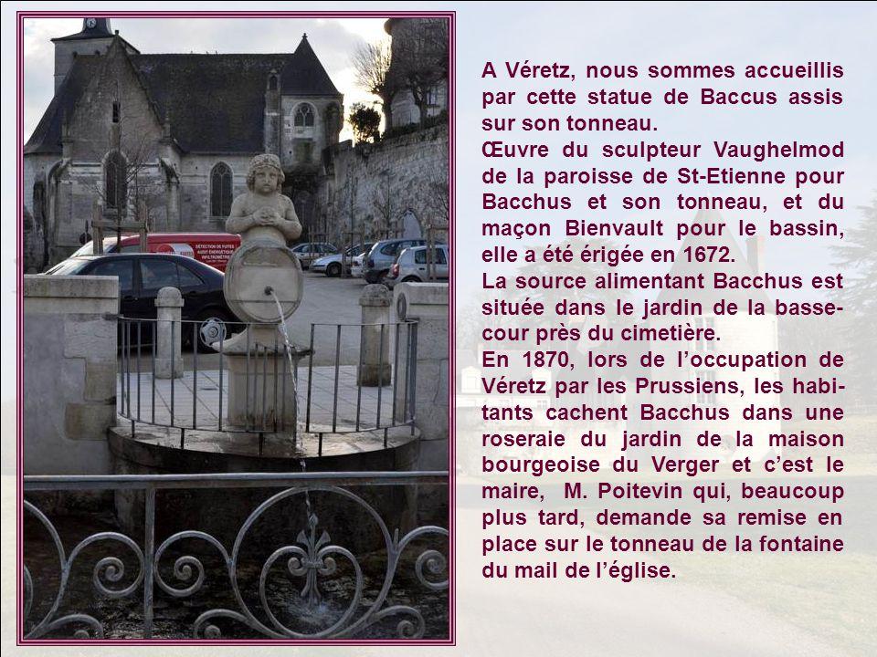 A Véretz, nous sommes accueillis par cette statue de Baccus assis sur son tonneau.