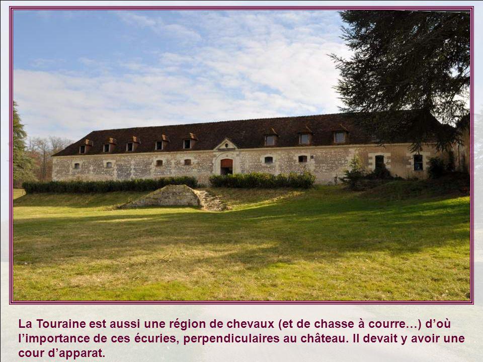La Touraine est aussi une région de chevaux (et de chasse à courre…) d'où l'importance de ces écuries, perpendiculaires au château.
