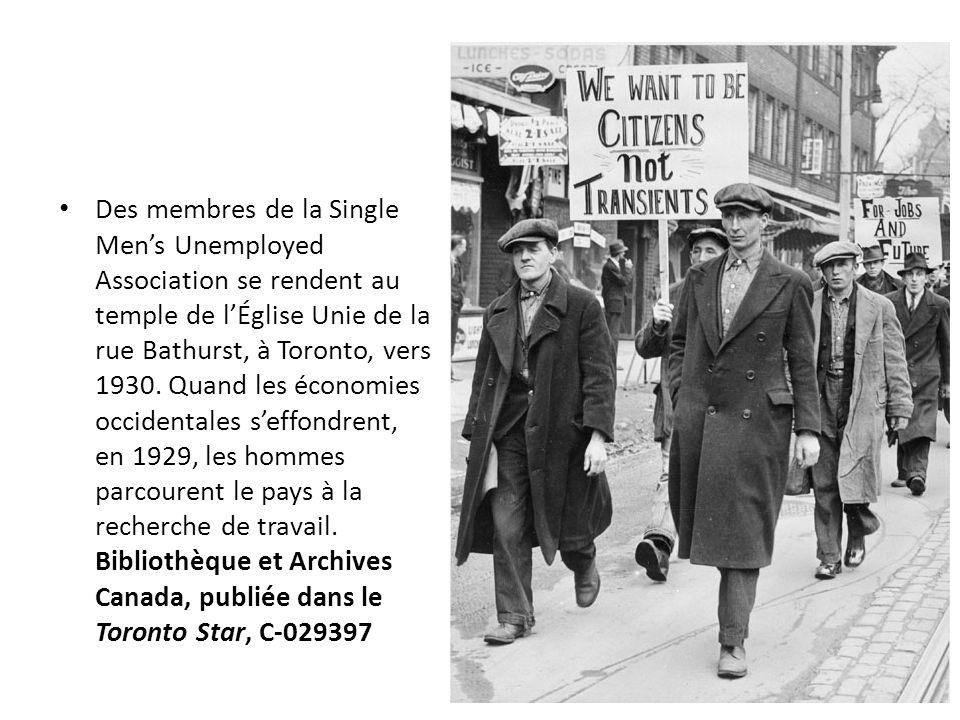 Des membres de la Single Men's Unemployed Association se rendent au temple de l'Église Unie de la rue Bathurst, à Toronto, vers 1930.