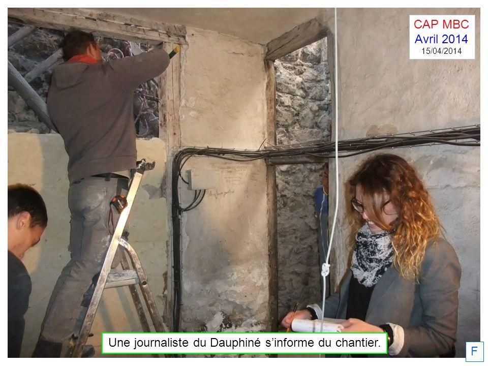 Une journaliste du Dauphiné s'informe du chantier.