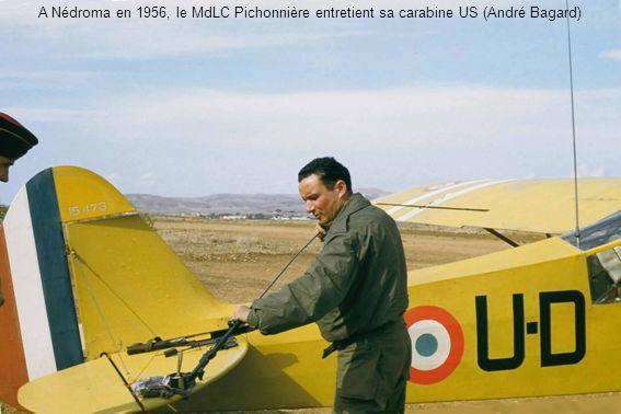 A Nédroma en 1956, le MdLC Pichonnière entretient sa carabine US (André Bagard)