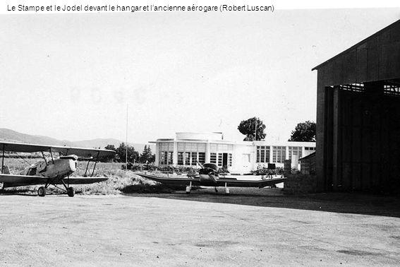 Le Stampe et le Jodel devant le hangar et l'ancienne aérogare (Robert Luscan)