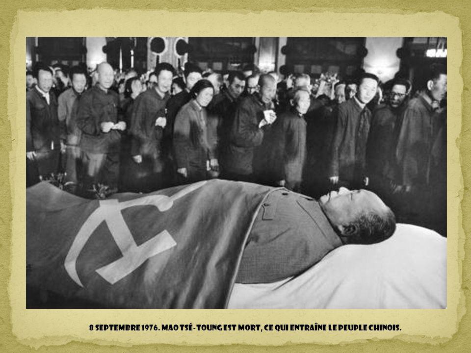 8 septembre 1976. Mao Tsé-toung est mort, ce qui entraîne le peuple chinois.