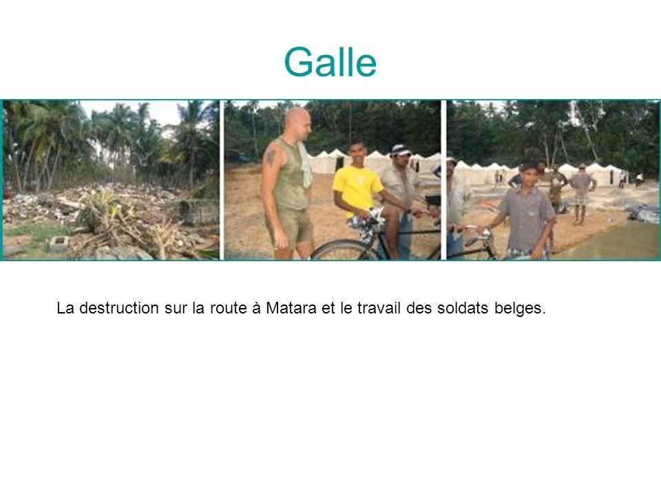 La destruction sur la route à Matara et le travail des soldats belges.