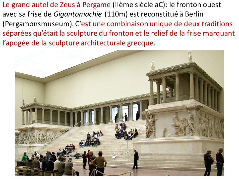 Le grand autel de Zeus à Pergame (IIème siècle aC): le fronton ouest avec sa frise de Gigantomachie (110m) est reconstitué à Berlin (Pergamonsmuseum).