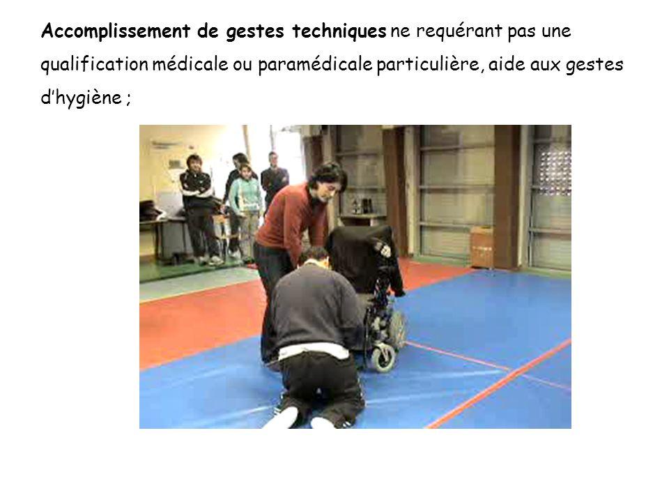 Accomplissement de gestes techniques ne requérant pas une qualification médicale ou paramédicale particulière, aide aux gestes d'hygiène ;