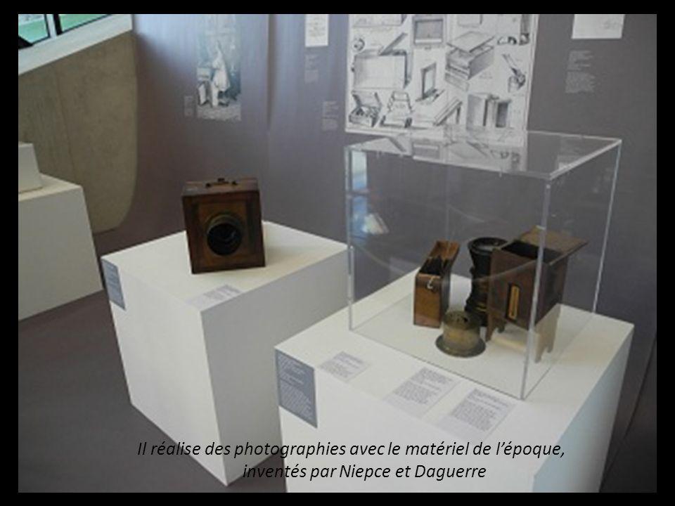 Il réalise des photographies avec les matériels de l'époque, inventés