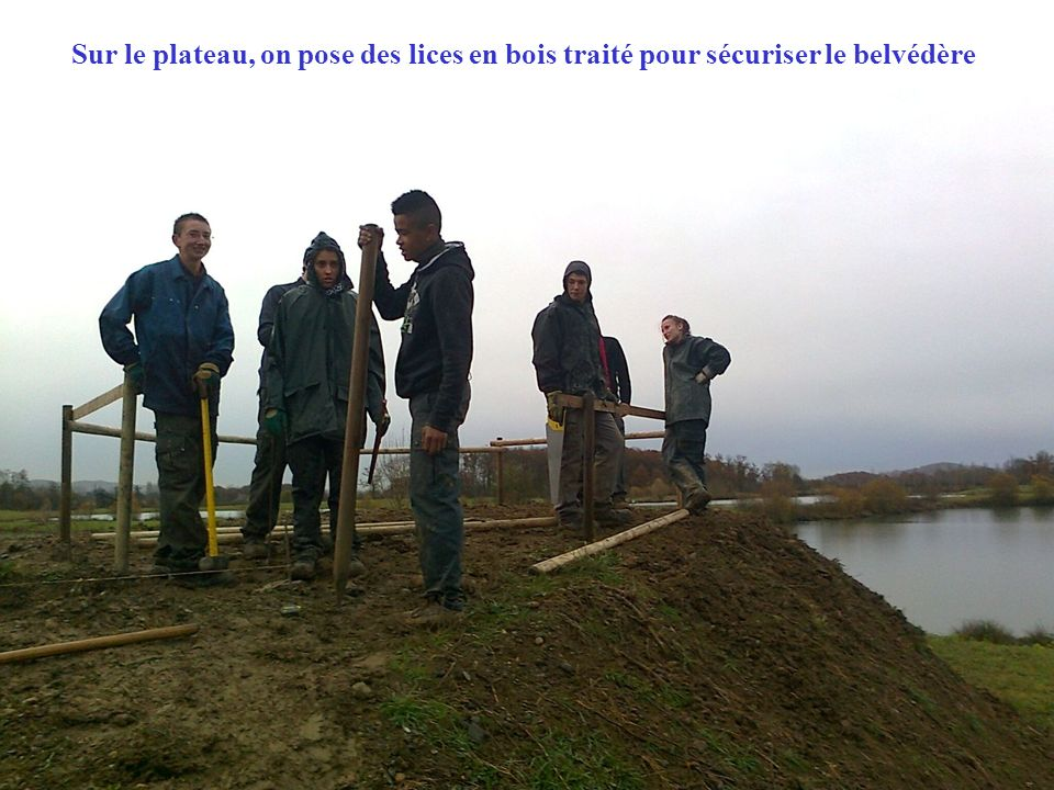 Sur le plateau, on pose des lices en bois traité pour sécuriser le belvédère