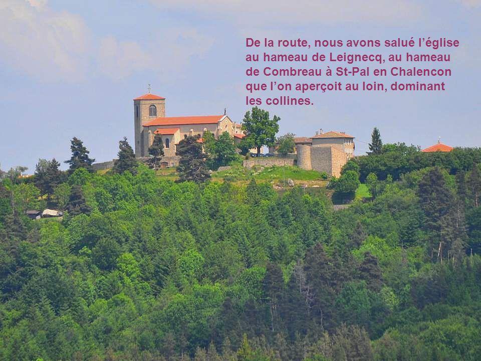 De la route, nous avons salué l'église au hameau de Leignecq, au hameau de Combreau à St-Pal en Chalencon que l'on aperçoit au loin, dominant les collines.