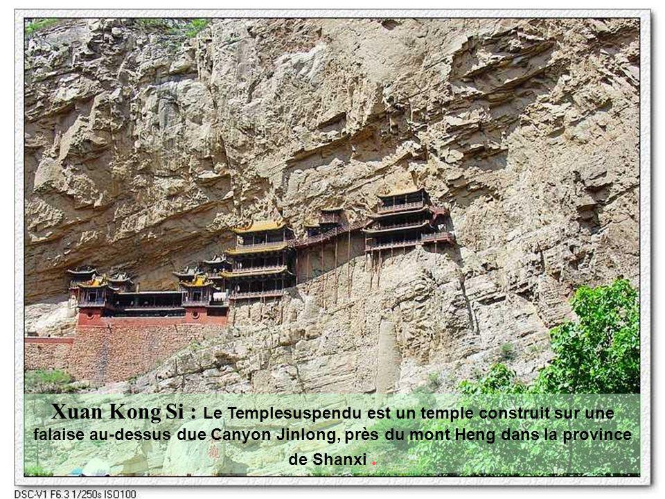 Xuan Kong Si : Le Templesuspendu est un temple construit sur une falaise au-dessus due Canyon Jinlong, près du mont Heng dans la province de Shanxi .