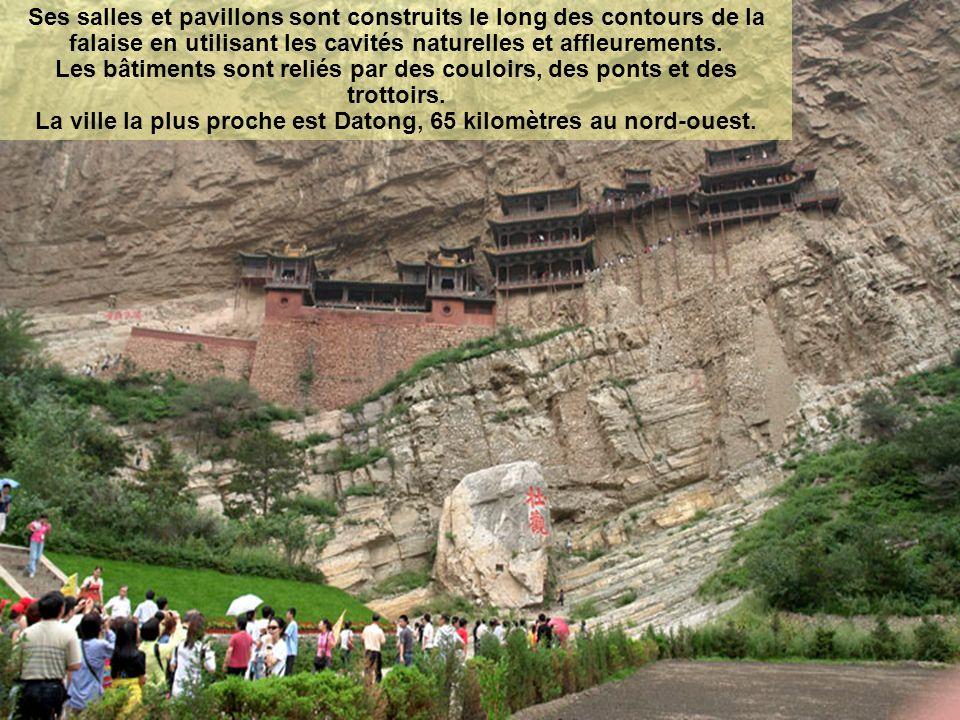 Ses salles et pavillons sont construits le long des contours de la falaise en utilisant les cavités naturelles et affleurements.