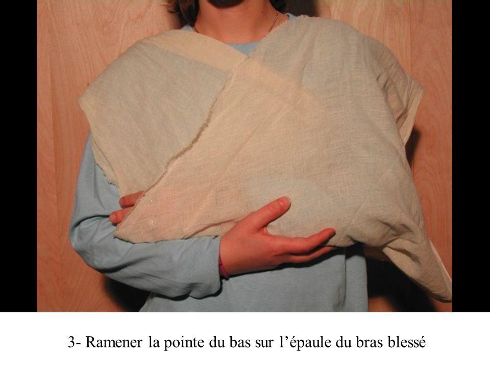 3- Ramener la pointe du bas sur l'épaule du bras blessé