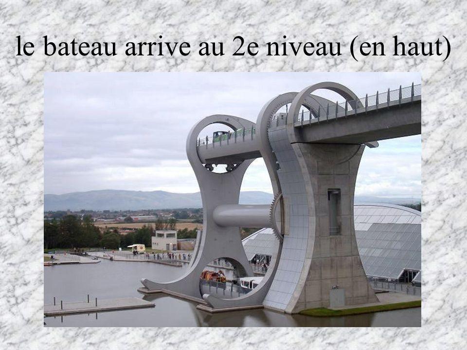le bateau arrive au 2e niveau (en haut)