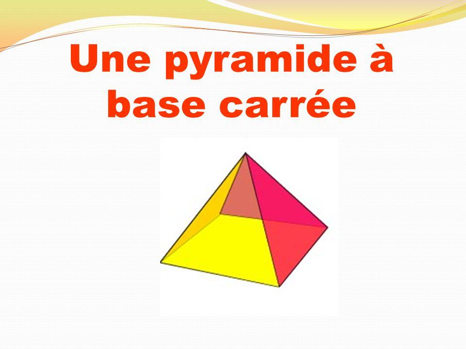 Une pyramide à base carrée