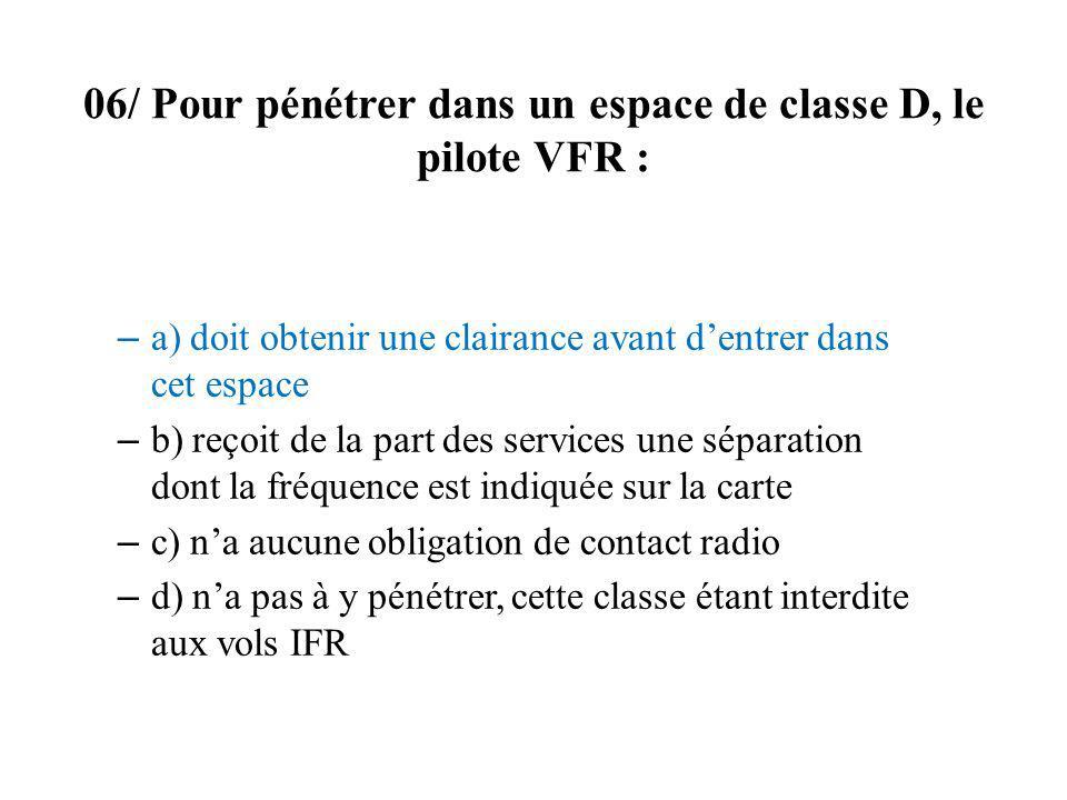 06/ Pour pénétrer dans un espace de classe D, le pilote VFR :