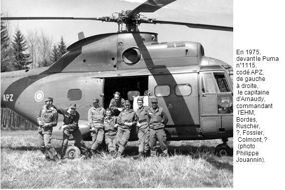 En 1975, devant le Puma n°1115, codé APZ, de gauche à droite, le capitaine d Arnaudy, commandant l EHM, Bordes, Ruscher, , Fossier, Colmont, .