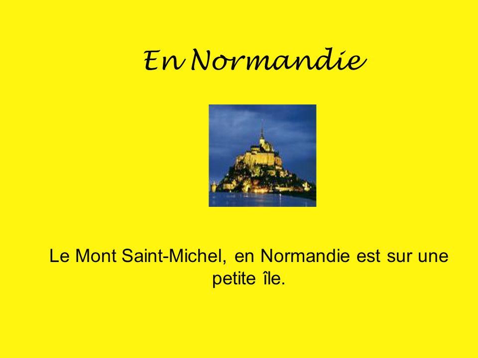 Le Mont Saint-Michel, en Normandie est sur une petite île.