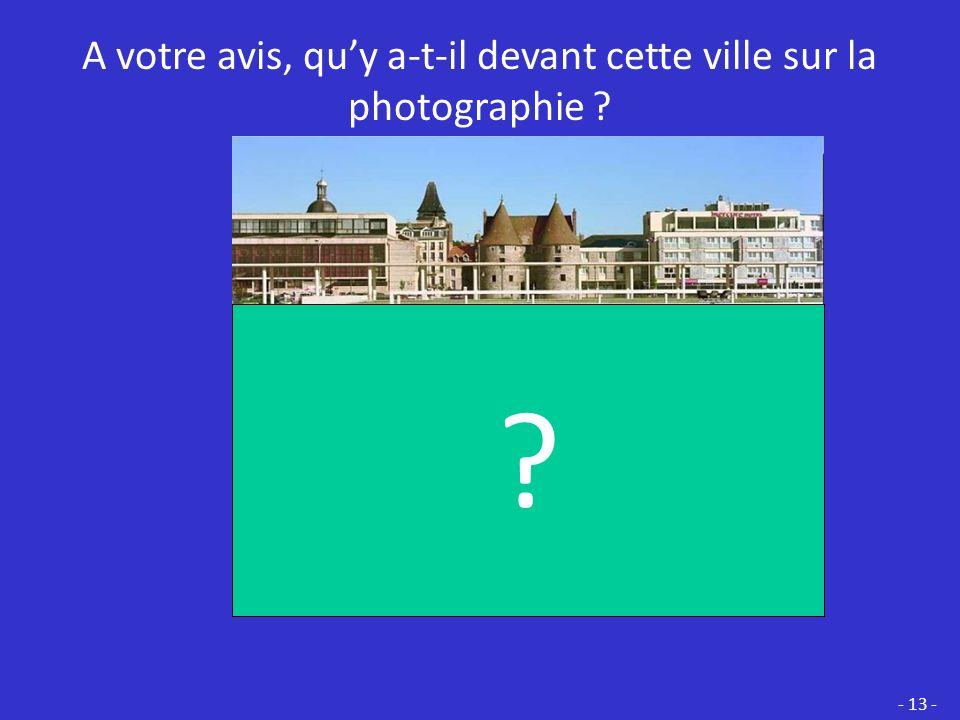 A votre avis, qu'y a-t-il devant cette ville sur la photographie