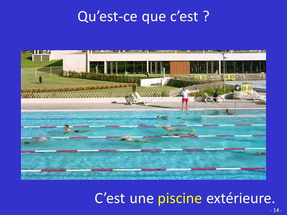 C'est une piscine extérieure.