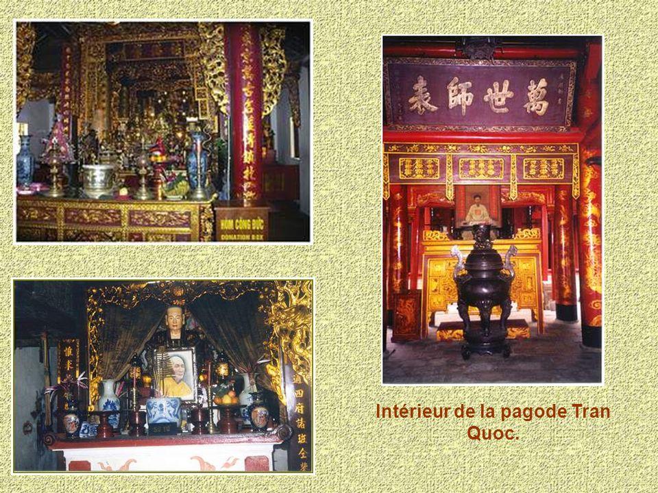 Intérieur de la pagode Tran Quoc.