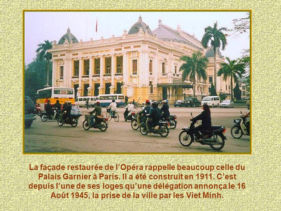 La façade restaurée de l'Opéra rappelle beaucoup celle du Palais Garnier à Paris. Il a été construit en 1911.