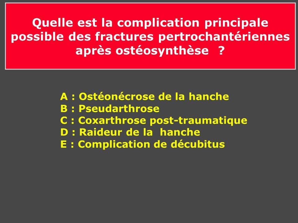 Quelle est la complication principale possible des fractures pertrochantériennes après ostéosynthèse