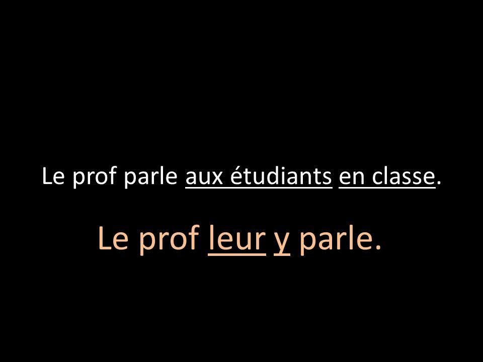 Le prof parle aux étudiants en classe.