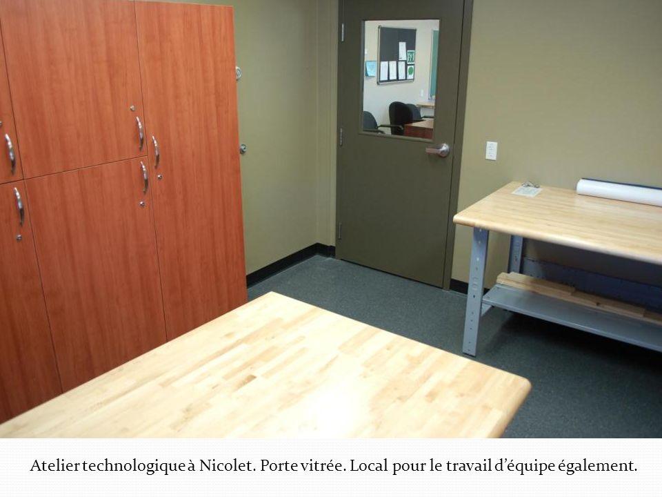 Atelier technologique à Nicolet. Porte vitrée