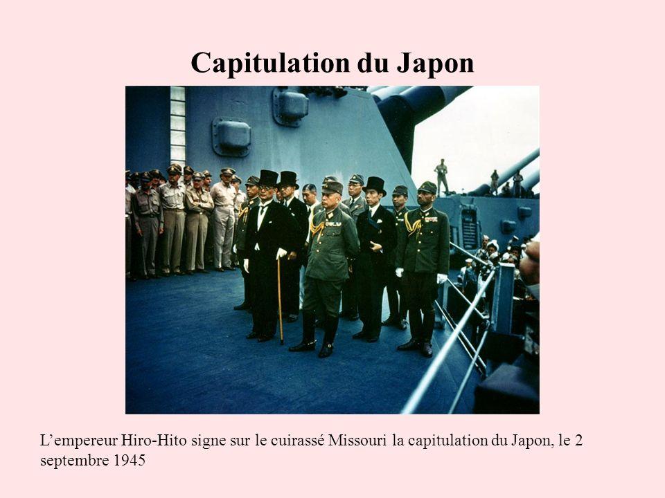 Capitulation du Japon L'empereur Hiro-Hito signe sur le cuirassé Missouri la capitulation du Japon, le 2 septembre 1945.
