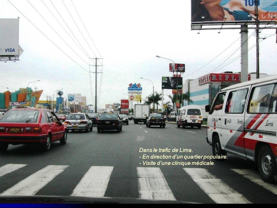 Dans le trafic de Lima. - En direction d'un quartier populaire. - Visite d'une clinique médicale.