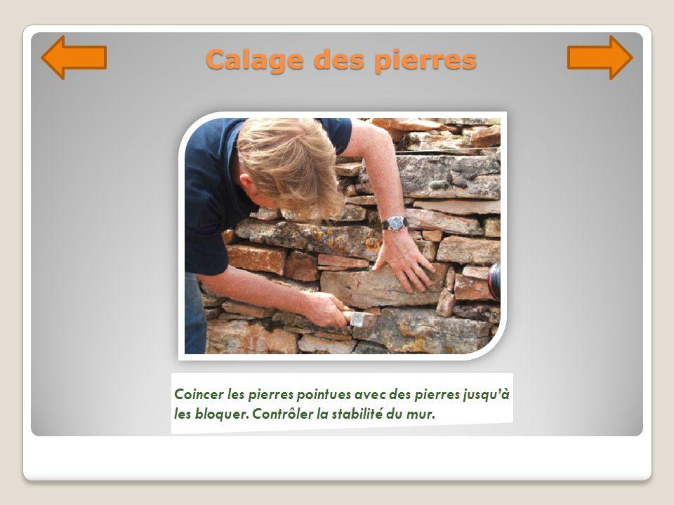 Calage des pierres Coincer les pierres pointues avec des pierres jusqu'à les bloquer.