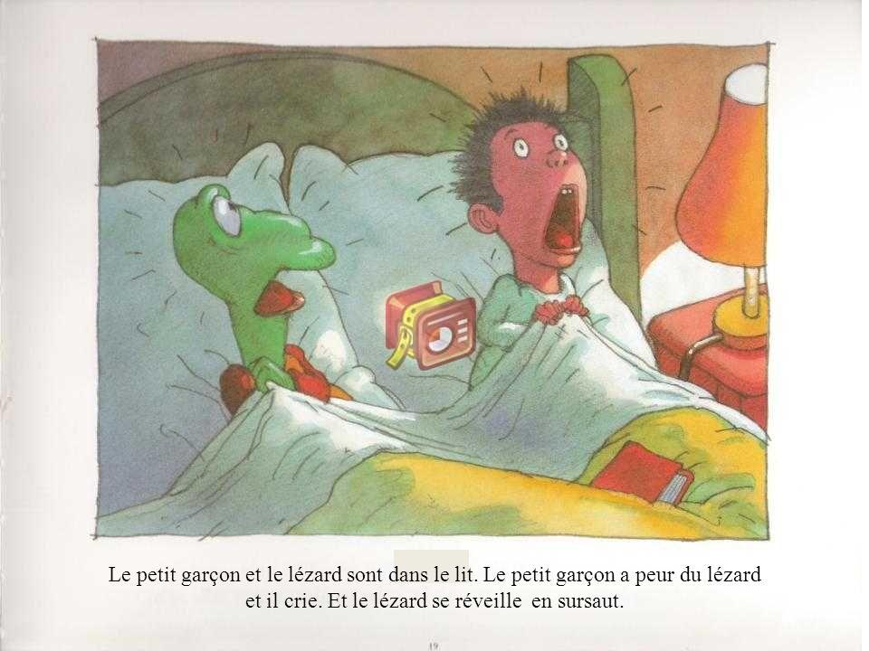 Le petit garçon et le lézard sont dans le lit