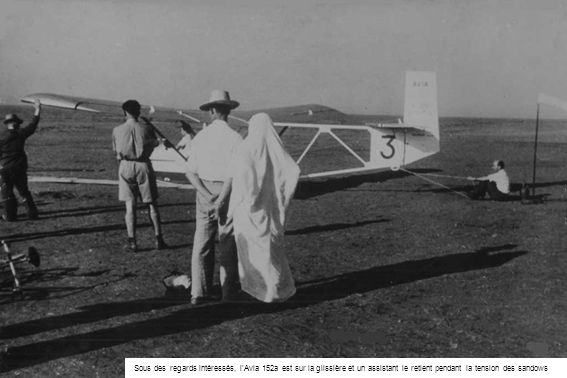 Sous des regards intéressés, l'Avia 152a est sur la glissière et un assistant le retient pendant la tension des sandows