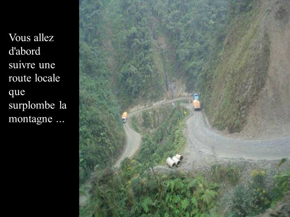 Vous allez d abord suivre une route locale que surplombe la montagne ...