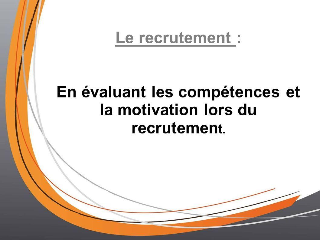 En évaluant les compétences et la motivation lors du recrutement.