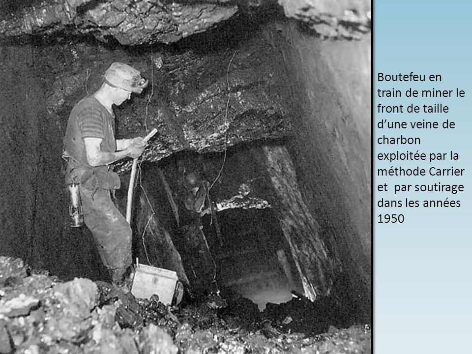Boutefeu en train de miner le front de taille d'une veine de charbon exploitée par la méthode Carrier et par soutirage dans les années 1950
