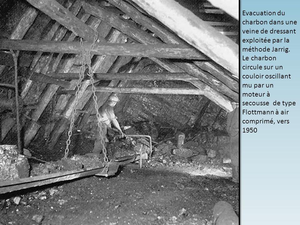 Evacuation du charbon dans une veine de dressant exploitée par la méthode Jarrig.