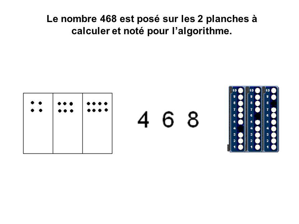 Le nombre 468 est posé sur les 2 planches à calculer et noté pour l'algorithme.