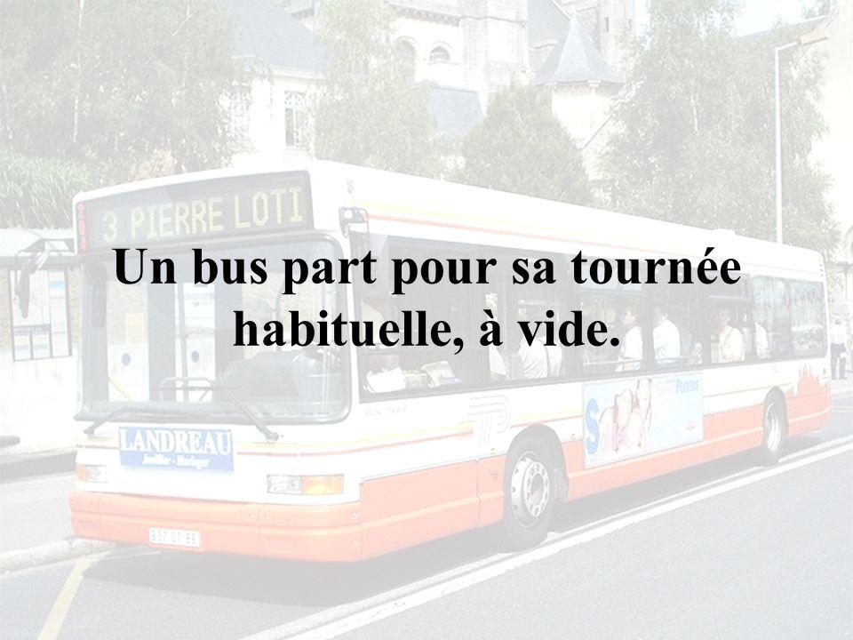 Un bus part pour sa tournée habituelle, à vide.
