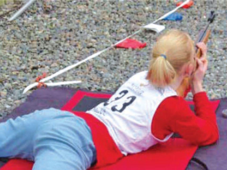 Une jeune fille qui tire avec une carabine à air comprimé; Daisy 351, dans une épreuve de biathlon, zone de Cadets, Langley, BC.