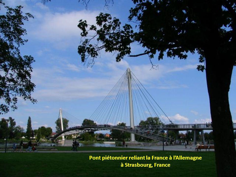 Pont piétonnier reliant la France à l'Allemagne à Strasbourg, France
