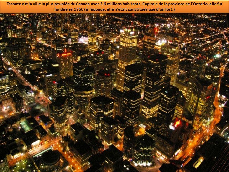 Toronto est la ville la plus peuplée du Canada avec 2,6 millions habitants.