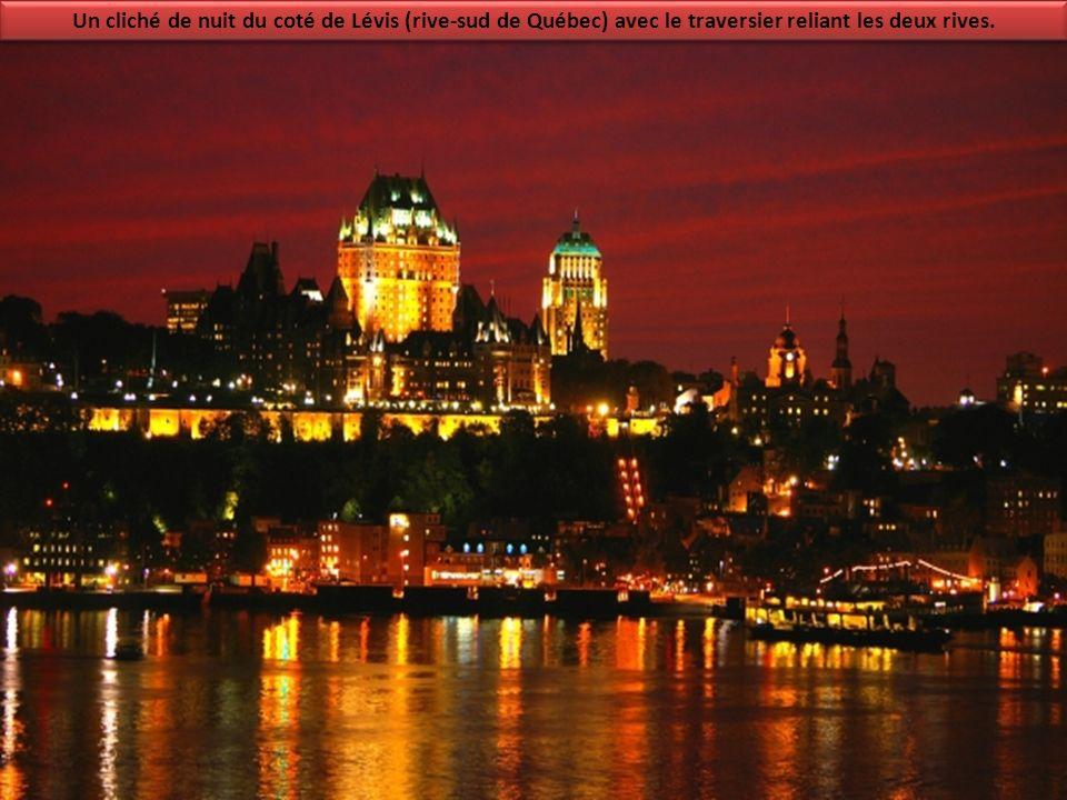 Un cliché de nuit du coté de Lévis (rive-sud de Québec) avec le traversier reliant les deux rives.