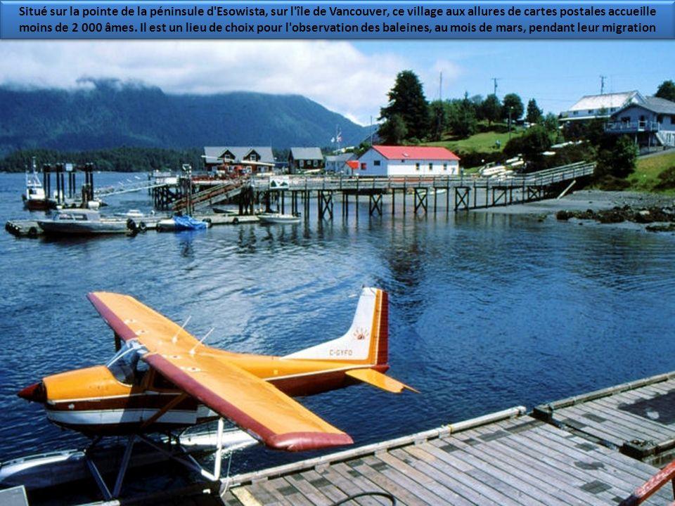 Situé sur la pointe de la péninsule d Esowista, sur l île de Vancouver, ce village aux allures de cartes postales accueille moins de 2 000 âmes.