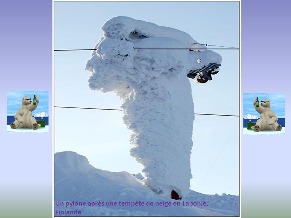 Un pylône après une tempête de neige en Laponie,