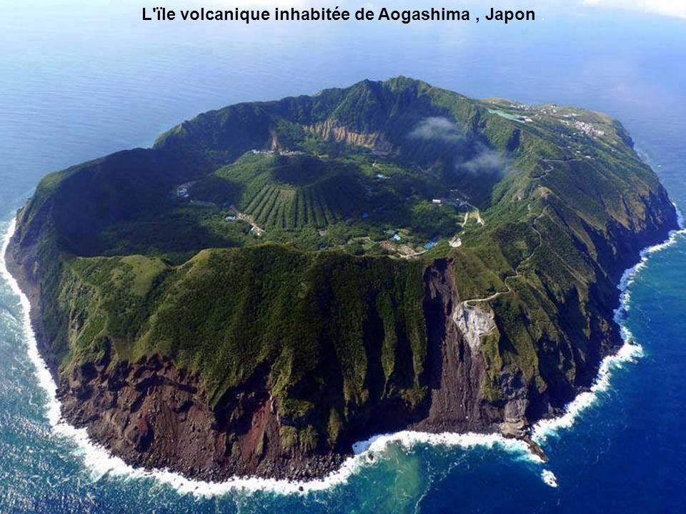 L ïle volcanique inhabitée de Aogashima , Japon .